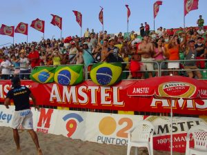 Marcelinho con su torcida brasileña